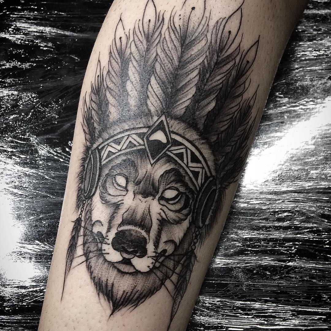 做中介公司的舒先生手臂印第安狼纹身图案
