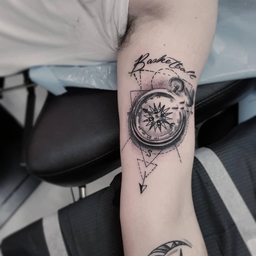 暨先生大臂指南针英文字纹身图案图片